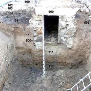 Obr. 3 – Východní stěna výkopu se zachyceným torzem vrcholně středověkého zahloubeného objektu.