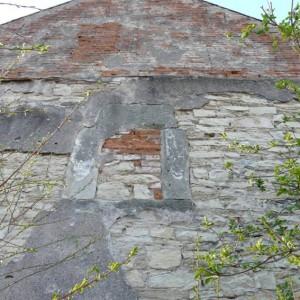 obr. 1 – Chrudim, Koželužská ulice, dům čp. 108. Detail ostění pozdně gotického okna.