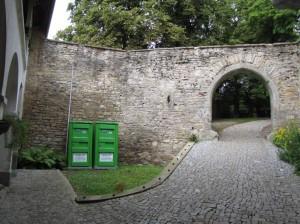 obr. 2 - Košumberk, hrad. Pohled z tzv. malého nádvoří na severní zdivo budovy.
