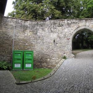 obr. 2 – Košumberk, hrad. Pohled z tzv. malého nádvoří na severní zdivo budovy.