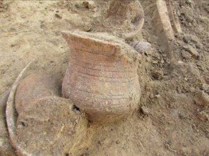 obr. 8 – Úhřetice. Detail zdobeného zvoncovitého poháru.