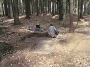Archeologická sonda v předpolí hradu Hlavačova (foto. D. Vích)
