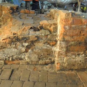 03_kachle in situ na soklu kachlových kamen